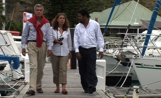Florence Dhie accompagne Pierre Frogier, Député et Président de la Province Sud et Anthony Lecren, membre du gouvernement en charge de l'économie et du développement durable, jusqu'à Fleur Australe amarré au ponton du CNC. - Photo © Antipode Productions