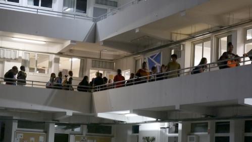 Les élèves arrivant pour les études du soir de 19h à 21h45