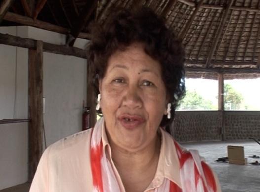 Ana Logologofalau , adjointe au Maire du Mont-Dore, interviewée sous le faré de la Mairie